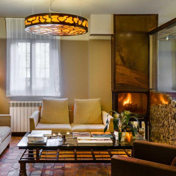 Sala con chimenea Hotel la Casueña